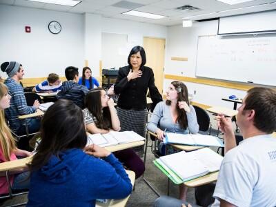 Kritsana Imvitaya teaching Thai class