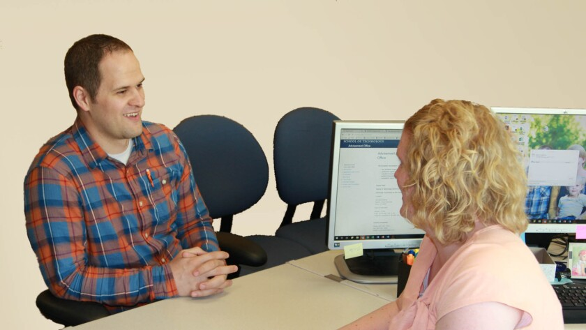 A student meets with the academic advisor