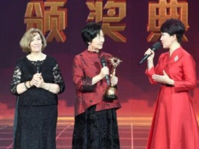 Jiamin receiving award