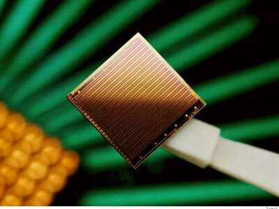 Silicon chip beams light through a liquid-core waveguide to detect one particle at a time